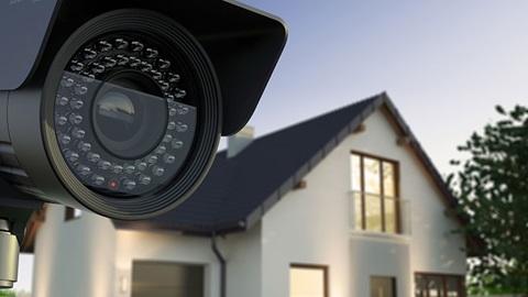 Buiten bewakingscamera, naast een huis.