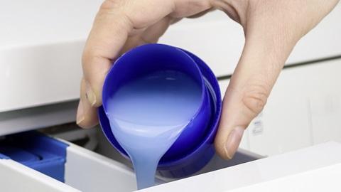 Vloeibaar wasmiddel: gebruik niet te veel!
