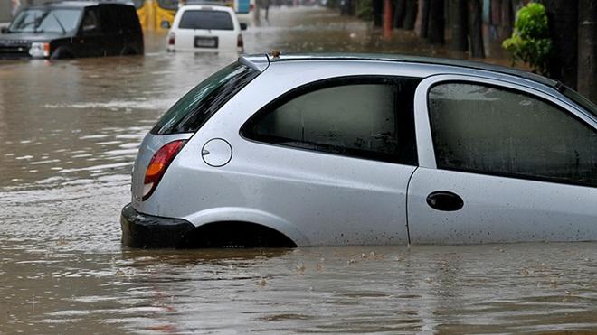 wat te doen bij schade aan auto door overstroming