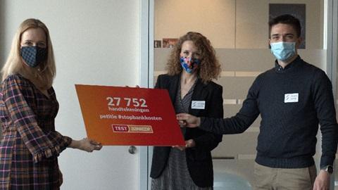 petitie banken overhandigd